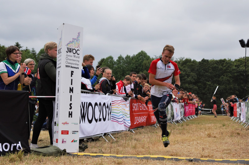 Kasper Fosser crossing the finish line